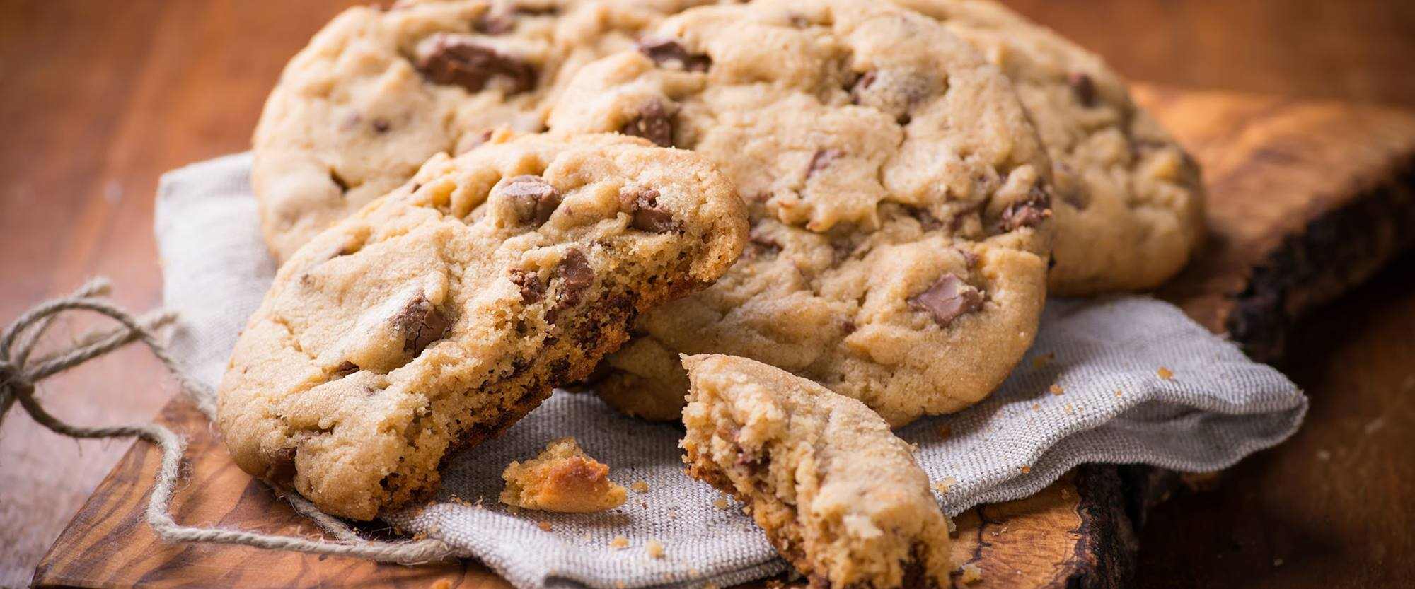 Cookies with whey ingredients for crunchy surface and chewy centre